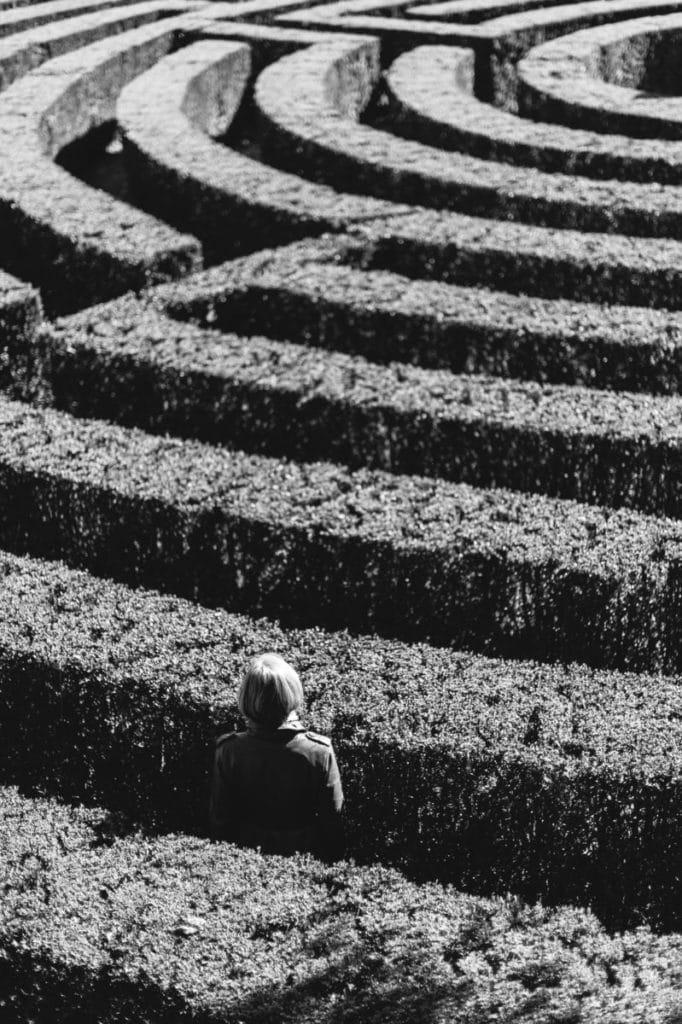 Femme perdue dans un labyrinthe personnalité